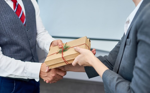 This image has an empty alt attribute; its file name is Benefits-of-Giving-Customized-Business-Gifts.jpg